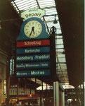 Der Bahnhof SBB mit einem der vielen Fahrtrichtungsanzeiger mit Uhr (direkter Zug über Berlin nach Moskau!!!) im Jahre 1982 (mit diesem Zug fuhr der Autor bis nach Berlin/DDR)