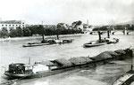 Zwei Schlepper (links «BADEN IX» und ein Kohlenschiff zwischen der Johanniter- und Mittleren Brücke