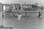 Die Mittlere Brücke und die neue Johanniterbrücke mit Blick auf das St.Johann-Quartier, 1968