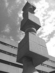 Die fantastische acht Meter hohe Stele (Säule) von Hans Arp (16.Sept.1886-7.Juni 1966) im Pausenhof der Gewerbeschule Basel, errichtet 1961