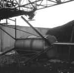 Das grosse und schwere Gegengewicht nach der Demontage des Krans der Rheinischen Güterumschlags AG (vorm.Rheinische Kohlenumschlages AG), 1999