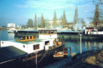 Das Wendebecken im Hafenbecken 1 mit grossem und langem Lastkahn, 1986 (im Hintergrund die Schusterinsel)