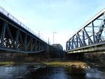 Zwei imposante Eisenbahnbrücken der DB über die Wiese, März 2014