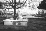 Der Gelpke-Brunnen und ein Blick ins Hafenbecken 1 im Jahre 1974 (Dieser Brunnen wurde auch für das Gautschen der Drucker und Setzer der Druckereien Hutter und Dietrich verwendet)