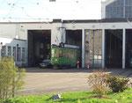 Der Motorwagen «Dante Schuggi« wagt sich aus dem Morgarten-Tramdepot, Oktober 2017
