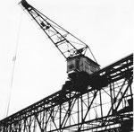 Der grosse und markante Kran (Tragkraft 5000 kg) der Rheinischen Kohlenumschlags AG im Hafenbecken 1 im Jahre 1960