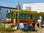 Entwicklungshilfe!! Ein Trammotorwagen der BLT vor der Wagenhalle der «Thüringer Waldbahn» in Gotha, Oktober 2018