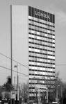 Das 19-stöckige und 68-Meter hohe und 1962 erbaute LONZA-Hochhaus an der Kreuzung Münchensteinerstrasse/Nauenstrasse 1984. Unmittelbar nach dem Bau war dieses Bauwerk das höchste Gebäude Basels.