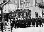 Eröffnungsfahrt der Tramlinie nach Hüningen am 17.Dezember 1910. Im Hintergrund das Rathaus.