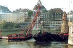 Die Bergung der «Corona» an der Mittleren Brücke in Basel nimmt Gestalt an, 1984