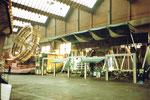 Die Herbstmesse mit der Bahn «Round Up» und der Schiffschaukel (rechts) in der Halle 7, 1983