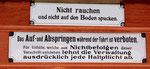 Wichtige Hinweis-Schilder im Trammotorwagen Ce 4/4 Nr. 450 «Dante Schuggi» im Jahre 2018