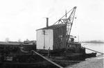 Der Dampf-Schwimmkran Fendel 149 Mannheim, im Hafen Weil am Rhein, 1958