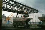 Der schnelle Kran Nr.9 der SRN während der Arbeit im Hafenbecken 1 im Jahre 1989