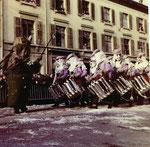 Die Fasnacht 1965 in der Clarastrasse mit Trommler einer Fasnachtsclique und dem Tambourmajor.