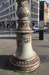 Ein wunderbarer Strommast-Kandelaber auf dem Aeschenplatz. Ein kaum beachtetes Kunstwerk aus den Anfängen des Basler Trambetriebs (BStB) 1895, Foto November 2020