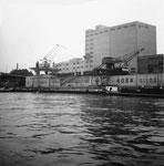 Der St.Johann-Hafen mit dem eindrücklichen und modernen Silo der SILAG und den Kränen der SILAG und ROBA, 1960