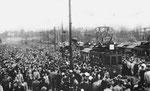 Massenandrang aufs Tram nach einem Spiel an der Fussball-WM 1954