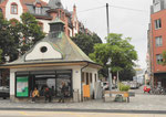 Ein schönes und markantes Wartehäuschen an der Haltestelle Feldbergstrasse der Buslinie 30 im Jahr 2018. Bis 1967 fuhr hier die beliebte Tramlinie 2.