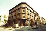 Das Eckhaus Hammerstrasse/Oetlingerstrasse mit dem Wollladen Schärz und dem Lebensmittelladen Fiechter kurz vor dem Abbruch, 1975