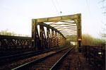 Eine der vielen eisernen DB-(Deutsche Bahn) Wiesenbrücke in den Langen Erlen, 1985