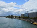 Das Rheinufer unterhalb der Dreirosenbrücke, rechts die Gebäude der Novartis, 2017