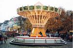 Die Basler Herbstmesse mit dem beliebten Kettenflieger auf dem Münsterplatz, 1993
