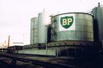 Die riesigen BP-Benzintanks an der Uferstrasse beim Klybeck-Hafen, 2001