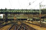 Die Bahnhofeinfahrt mit den grossen Depotanlagen (rechts) 1982