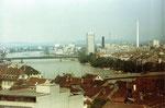Blick gegen die Dreirosenbrücke, Ciba-Geigy mit dem Hochkamin und zum St.Johann-Hafen, 1970