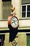 Die schöne Reklameuhr am Eckhaus von «Uhren- und Bijouterie-Hoffmann» an der Greifengasse, 1990