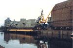 Die Krananlagen der SRN und der RHENUS im Hafenbecken 1 im Jahre 1989