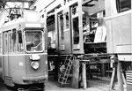 Der Trammotorwagen Be 4/4 Nr. 408 wird in der BVB-Werkstätte Klybeck total revidiert, 1969.