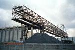 Das moderne und grosszügige Kohlensilo-Gebäude und ein weiter Kran der Kohlenversorgungs AG im Hafenbecken 2, 2001