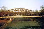 Die grosse DB-(Deutsche Bahn) Wiesenbrücke mit dem Beton-Fussgängersteg, 1985