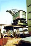 Hinteransicht des Krans Nr.1 der SRN (ehemals NEPTUN) im Hafenbecken 1, 1983