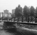 Die Wiesenbrücke - eine «Mutprobe» für viele Buben war das Überschreiten der Stahlträgerbogen, 1955 (Foto: Hans Bertolf/Franz Bachmann)
