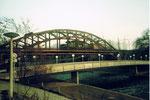 Die grosse und markante DB-(Deutsche Bahn) Wiesenbrücke mit dem Fussgängersteg im Vordergrund, 1985