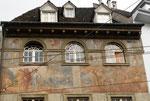 Detailaufnahme der Fassaden-Malerei am «Haus zur Krähe» Spalenvorstadt 13, 2018