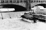 Das Hochwasser an der Mittleren Brücke, im Vordergrund das Passagierschiff «Basler Dybli», 1970