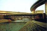 Eine der vielen DB-Wiesenbrücke für Rangierarbeiten des DB-Areals, rechts die Fragmente des Autobahnbaus, 1985
