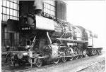 Die Dampflokomotive BR 051 858-9 neben der Lokomitivhalle des BW Haltingen, 1971