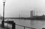 Der St.Johann-Rheinweg und die elegante Dreirosenbrücke (rechts CIBA mit dem 1963/1964 erbauten Hochhaus), 1970