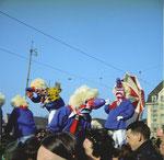Die Fasnacht 1965 auf der Mittlere Brücke mit dem Waggiswagen der «Plauschwaggis» (Ein Wagen des Turnvereins Kaufleute KV)