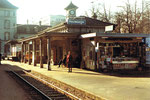 Der Birsigtalbahn-Bahnhof an der Heuwaage, 1975. Dieser Bahnhof steht heute verlassen in Rheinfelden. Im Vordergrund die Mutter des Autors.