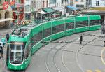 Der neue Flexiti-Tranzug Nr.5016 auf der Linie 8 an der Haltestelle Barfüsserplatz, Mai 2017