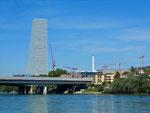Der Roche-Turm mit der Eisenbahn- und der Autobahnbrücke, Mai 2017