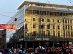 Interessante Spiegelung der Fassaden auf dem Bankenplatz während der Fasnacht 2019