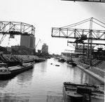 Blick von der Grenzstrasse in das Hafenbecken 2 im Jahre 1960 (links das Kohlelager des Gaswerks und das Silo der BRAG, rechts die Krananlagen der Kohlenversorgungs AG)