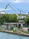 Der ehemalige grosse SILAG-Kran des St.Johann-Hafens, nun degradiert und umgebaut zu einer primitiven Party-Attraktion, 2017